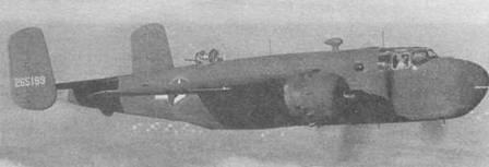 Два снимка B-25G-10 (42-65199) во время испытательного полета. Камуфляж Olive Drub/eutrul Gruy. Опознавательные знаки с красным кантом, середина 1943 года.