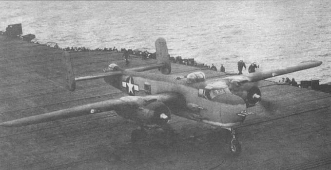 PBJ-1H (43-4700) садится на палубу авианосца «Shangri-La» (CV-38), 15 ноября 1944 года. Пилот подполковник Х.С. Боттомш. Самолет в типичном морском трехцветном камуфляже Semi-gloss Sea Blue/Intermediate Blue/White.