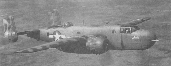 Два снимка В-25С-25 (NA-96, 42-64760), переделанный в B-25G. Самолет несет введенный в июне /942 года камуфляж, в котором стандартная окраска Olive Drab 41 дополнялась нерегулярными пятнами Medium Green 42, расположенными вдоль кромок крыльев и хвостового оперения.