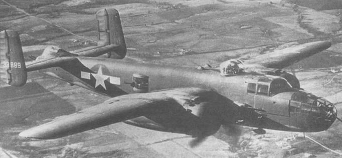 Два снимка одного из ранних B-25J-I (43- 3889). Самолет успел получить стандартный камуфляж. Радиопозывной на хвостовых шайбах выполнен желтой краской.
