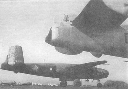 Китайский B-25C-15 без камуфляжа, 1945 год. На переднем плане виден хвост американского В-25.
