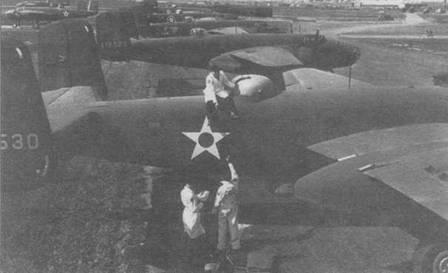 В-25 на площадке завода в Инглвуде ожидают отправки в части. На самолетах разные опознавательные знаки. Видны: американский 41-12530, советский 41-12525, голландский 41-12462, дальше английский и еще один американский самолет.
