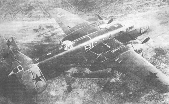 Еще один B-25C/D, переданный Советскому Союзу по ленд-лизу. Американский камуфляж с советскими звездами. На левом крыле остаюсь красная звезда на белом поле, нанесенная еще на заводе. Остальные звезды добавлены уже в СССР.