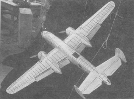 Модель В-25 в масштабе 1:9, обдуваемая в аэродинамической трубе Калифорнийского технологического института.
