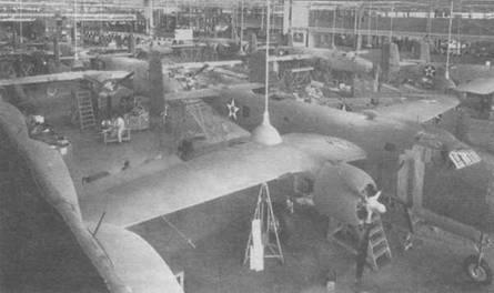 В-25 А на сборочной линии. На переднем плане самолет 40-2207. В конструкцию В-254 внесли ряд изменении по сравнению с оригинальным В-25.