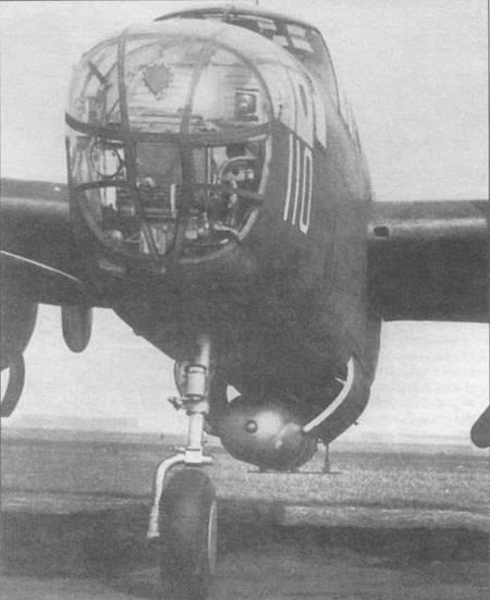 В-25 В (40-2274) с торпедой <a href='https://arsenal-info.ru/b/book/3802455064/13' target='_blank'>Мк 13</a>. Хотя торпеда была очень короткой, она все равно не вмещалась в бомбоотсек самолета, поэтому ее приходилось подвешивать снаружи. Торпеда снижала максимальную скорость самолета примерно на 20км/ч. Обратите внимание на специальный фанерный стабилизатор, прикрепленный к хвосту торпеды. В остекленном носовом обтекателе видно заделанное окно для курсового пулемета.
