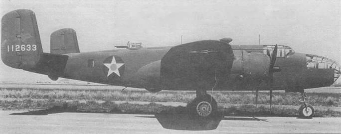 Три снимка В-25С (41-12633), двухсотый самолет модификации. Выхлопные трубы собраны в общий коллектор. Узкий воздухозаборник для карбюратора Holley. Опознавательные знаки старого образца, на нижней стороне крыльев надпись «US ARMY», 1941 год.