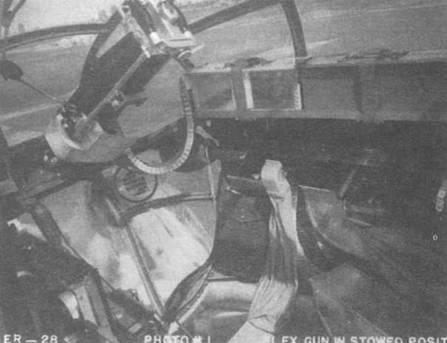 Два снимка. Носовое вооружение В-25С с неподвижным и наводимым пулеметами калибра 7,62 мм, вид изнутри и снаружи кабины. На снимке 864-й самолет модификации (42-53322).