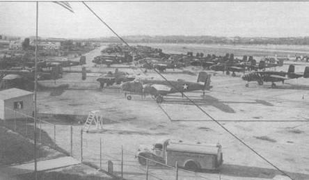 Партия B-25D на площадке перед заводом в Канзас-Сити. Обратите внимание на два типа камуфляжа: стандартный и пустынный.