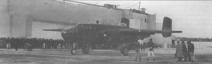 Рабочие нового завода в Канзасе при испытании первого B-25D «Mitchell», построенным на заводе. За штурвалом самолета летчик-испытатель Пол Волфор.