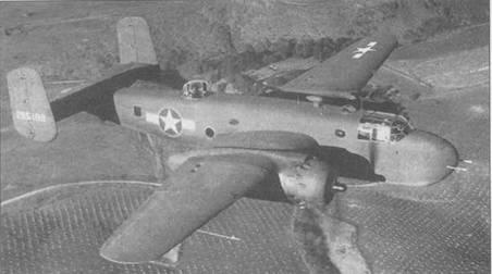 B-25G-/0 (42-65199) в полете. Пулеметы турели нацелены на объектив фотокамеры.