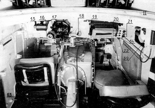 Отделение управления танка LT vz.38. Справа место механика-водителя, слева — стрелка-радиста.