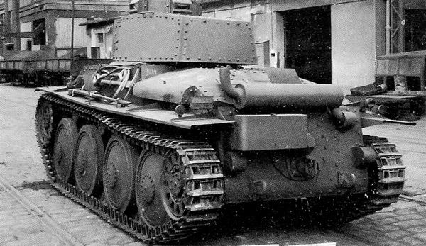 Танк Pz.38 (t) Ausf.G — вид с кормы. Хорошо видны глушитель и размещенный под ним кожух прибора дымопуска.