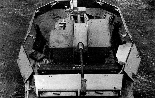 Вид на боевое отделение ЗСУ Flakpanzer 38. В боевом положении верхние части бортов рубки откидывались.
