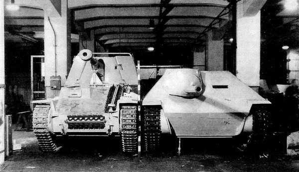 Истребитель танков Sd.Kfz.138 MarderIII Ausf.M и деревянный макет танка-истребителя Jagdpanzer Sd.Kfz.138/2.