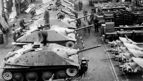 Сборка серийных САУ Jagdpanzer 38 Hetzer в цеху завода фирмы ВММ. 19 июня 1944 года.