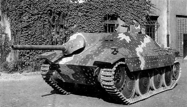 Серийная САУ Hetzer с облегченной маской пушки во дворе завода ВММ. Лето 1944 года.