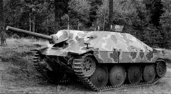 Прототип САУ Hetzer производства завода ?koda в Плзене. За исключением направляющего колеса машина идентична выпускавшимся фирмой ВММ в Праге. Лето 1944 года.