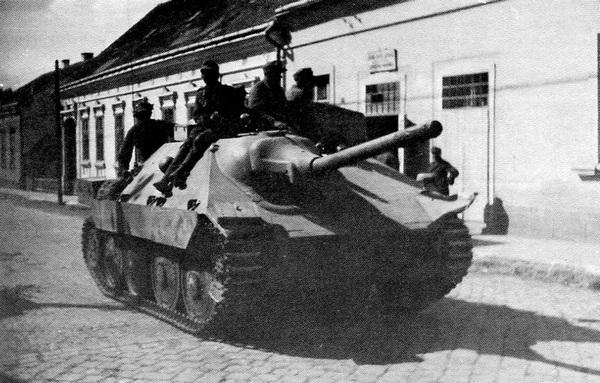 САУ Hetzer на улице западноукраинского города. Восточный фронт, лето 1944 года.