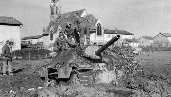 Американские солдаты осматривают Hetzer, подбитый на севере Франции. Ноябрь 1944 года.