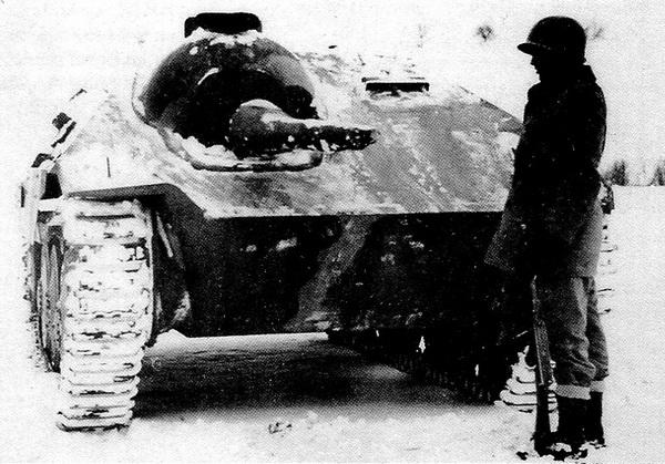 Огнеметный вариант «Хетцера» — Flammpanzer 38 (t)— захваченный американскими войсками. Зима 1945 года.