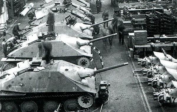 Дальше — больше. Начиная с 1942 года цеха чешских заводов покинули около 2000 противотанковых САУ «Мардер» и самоходных гаубиц «Бизон», а с весны 44-го чешская промышленность снабжала Вермахт на редкость удачными истребителями танков Jagd Pz.38 (t) «Hetzer», представлявшими серьезную опасность не только для «тридцатьчетверок», но даже для грозных ИСов. Всего за год чешские заводы произвели более 2800 «хетцеров» — больше, чем всех других истребителей танков Вермахта вместе взятых,— а общий вклад «братьев-славян» в вооружение гитлеровцев невозможно переоценить.