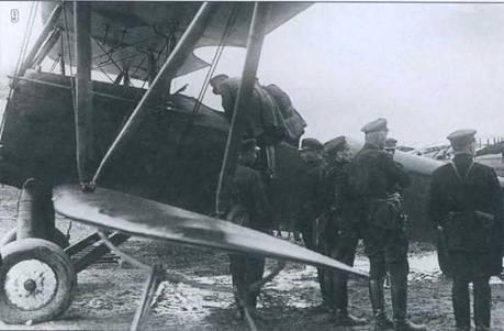 9. Ознакомление с новым самолетом на маневрах 1930 г. в Белоруссии.