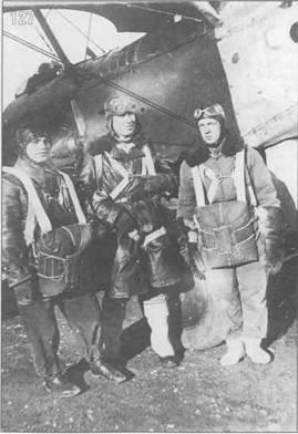 127. Подготовка к парашютным прыжкам с Р-5. Крайний справа известный летчик С.Н.Анохин. Видна динамо-машина с ветрянкой.