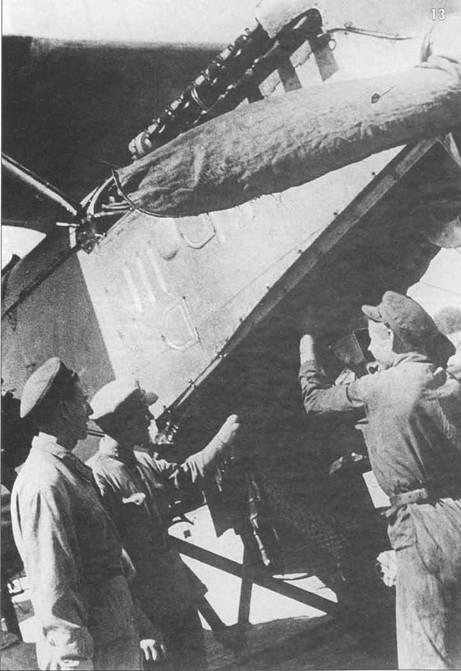 13. Механики обсуждают проблемы обслуживания двигателя М-17. Деревянный винт накрыт брезентовым чехлом