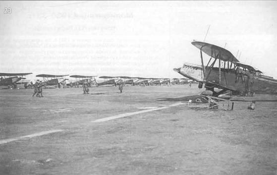 23. Стоянка Р-5 учебной бригады Академии воздушного флота. Подготовка к воздушному параду 1 мая 1933 г. в Москве.