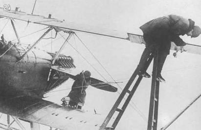 24. Подготовка к вылету. На обшивке правого нижнего крыла заметны усиления в районе крепления балок бомбодержателей.