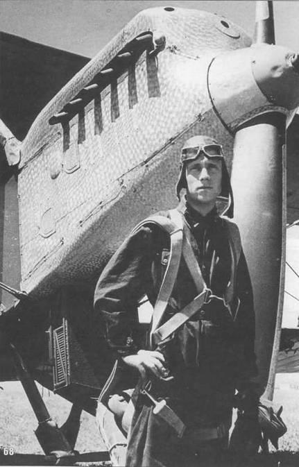 68. Пилот позирует перед своим Р-5. Капот отполирован под мороз, на коке-обтекателе воздушного винта видна небольшая вмятина, остав ленная храповиком автостартера.