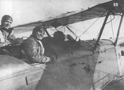 69. При прыжках с парашютом в задней кабине Р-5 помещались два человека. Стоит – летчик С.Н. Анохин.