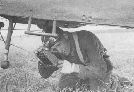 74. Летчик проверяет буксировочный замок перед стартом буксировщика планеров Р-5. Прекрасно видна подножка и стойка выпускной радиоантенны. Яйцевидный предмет – это грузик, под весом которого разматывался 50-метровый трос антенны.