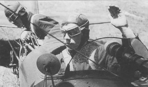 79. Летнаб демонстрирует прицеливание при помощи бортового бомбардировочного визира. Пилот наблюдает процедуру в зеркало заднего обзора. Хорошо заметно, что ветровой козырек забрызган маслом.