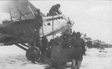 81. Заливка воды в систему охлаждения двигателя в 11 авиаэскадрилье зимой 1935 г.