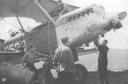 87. Заправка горючим из бочек Р-5 СССР-С529.