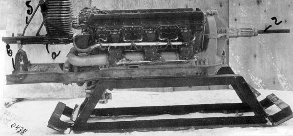 Пушка МП-6, установленная на моторе М-105П во время полигонных испытаний: а — пушка; б — магазин на 81 патрон; в — заднее крепление; г — фальшствол.