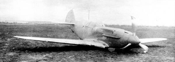 Истребитель №3121321 (из 3-й серии завода №21) потерпел аварию после сдаточного полёта 26 мая 1941г. На посадке пилот А.Г.Вишенков не смог выпустить одну из стоек шасси. Хорошо видно, что балансир на руле направления отсутствует.