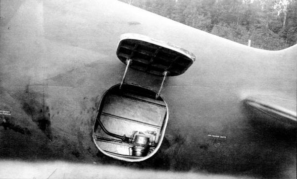 Открытый хвостовой люк на самолёте 7-й серии.