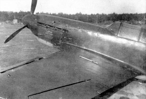 Носовая часть самолёта №31213445. Хорошо видны выпущенные предкрылки и индивидуальные выхлопные патрубки.