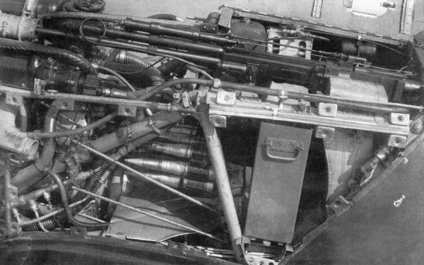 Установка 37-мм пушки НС-37 и 12,7-мм пулемёта БС. Панели капота сняты.