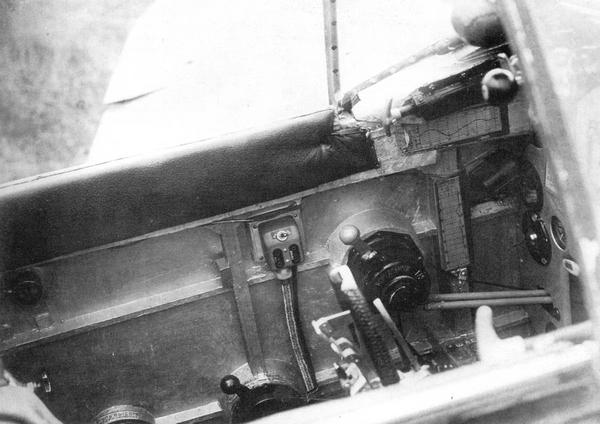 Левый борт пилотской кабины (7-я серия).