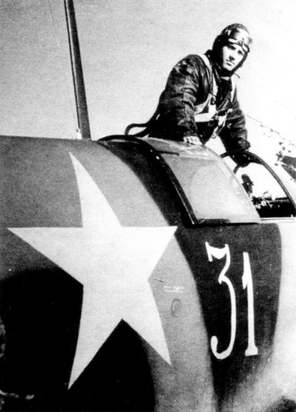 Лейтенант В.А.Зараменских вылезает из кабины своего ЛаГГ-3 (вероятно, 4-й серии).