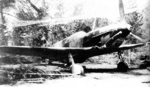 Самолёт выпуска завода №31 замаскирован на аэродроме.