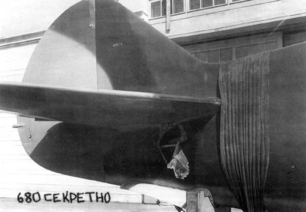 Хвостовое оперение самолёта ЛаГГ-3 3-й серии, июнь 1941г. Хорошо видно, что киль покрашен в три цвета.