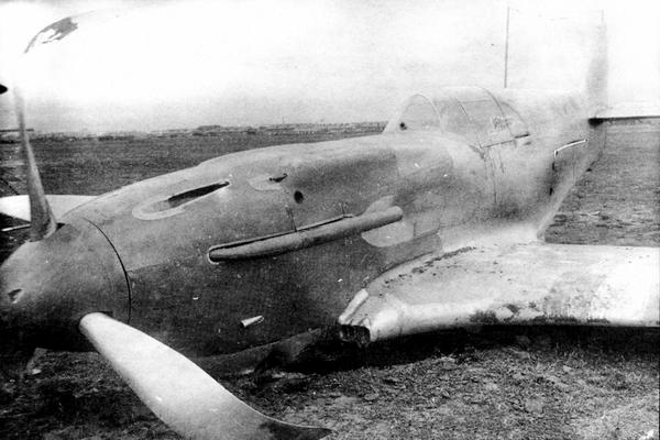 На этом снимке из аварийного акта (май 1941г.) видно, как загрунтован новый истребитель: капот — красный, всё остальное покрыто серебристым аэролаком.