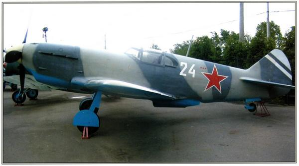 Полноразмерный макет ЛаГГ-3 на площадке боевой техники на Поклонной горе в Москве.