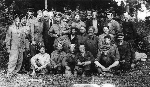 Группа участников испытаний КВ под Ленинградом летом 1940 года.