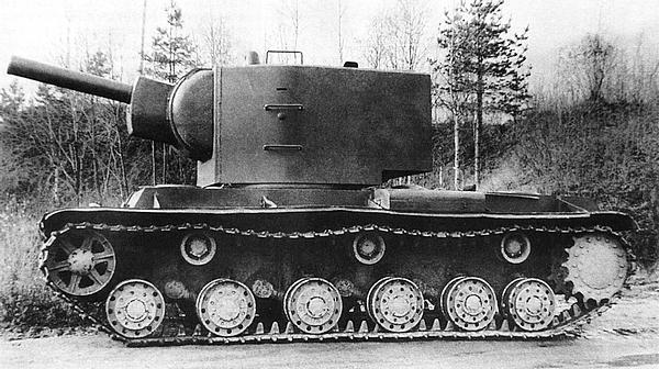 Танк У-7 с установленным на нем первым образцом «пониженной» башни для 152-мм гаубицы перед прохождением испытаний. Сентябрь 1940 года.